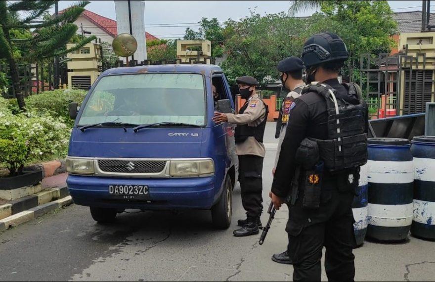 Sejumlah anggota bersenjata dari Brimob dan lengkap tampak menjaga ketat pintu masuk dan keluar mako Polda Kalsel (foto:duta tv)