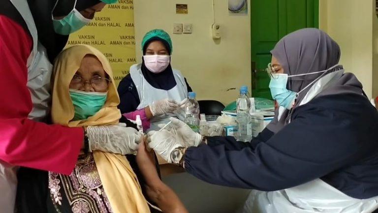 Salah seorang JCH disuntik vaksin (foto:duta tv)