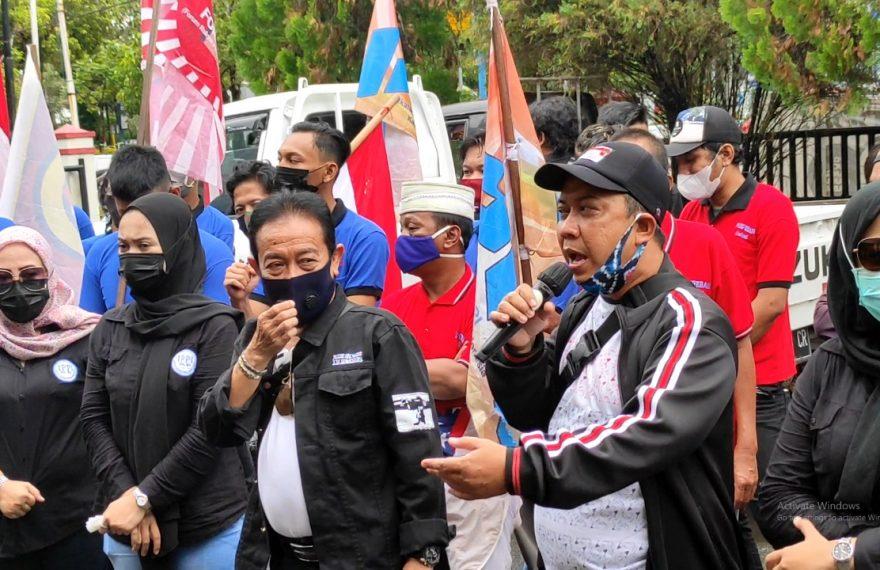 Puluhan masa dari gabungan LSM di Kalsel menggelar aksi demo di halaman kantor KPU Kalsel (foto:duta tv)