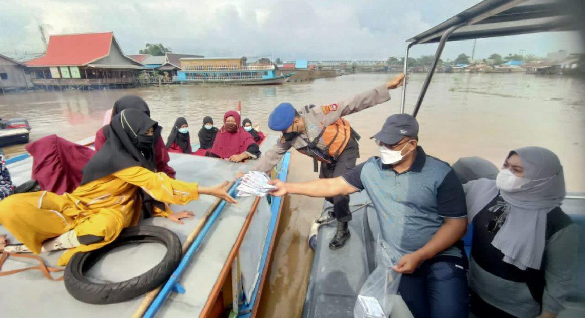 Pj Gubernur Kalsel, menyambangi masyarakat pinggiran sungai.