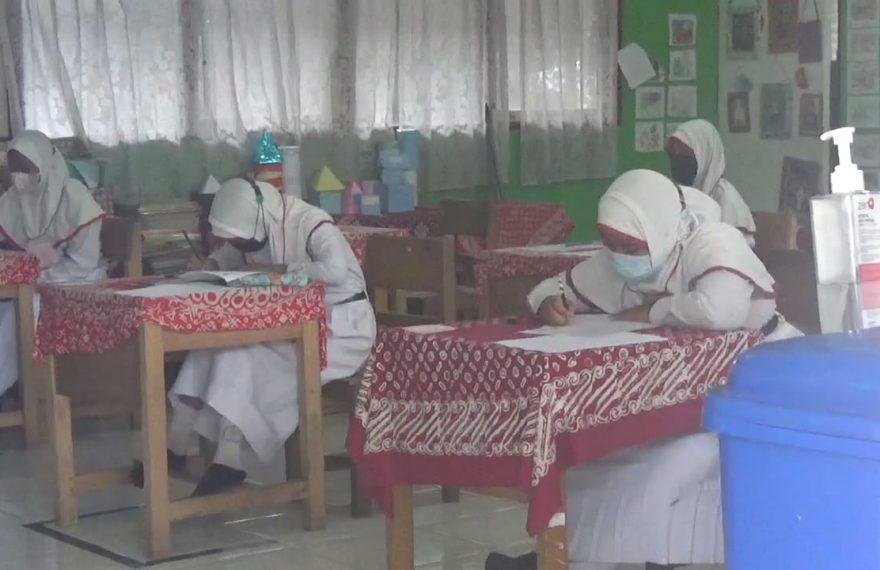 Siswa kelas 6 menjalani ujian sekolah dengan menggunakan masker (foto:duta tv)