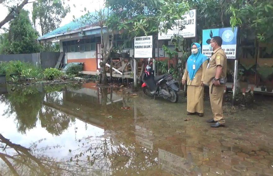 Kondisi halaman SDN Pemurus Dalam 2 yang masih tergenang air pasca banjir (foto:duta tv)