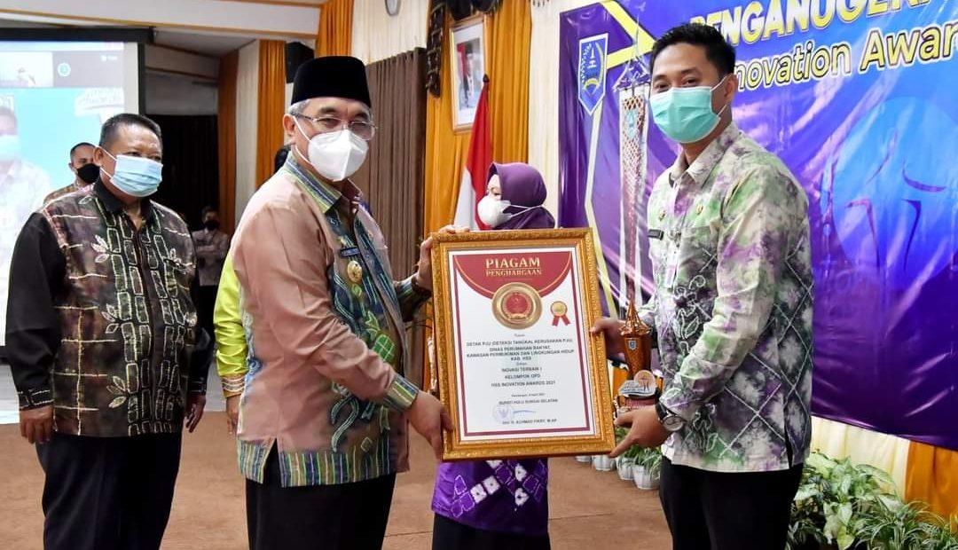 Bupati HSS Menyerahkan Piagam Penghargaan
