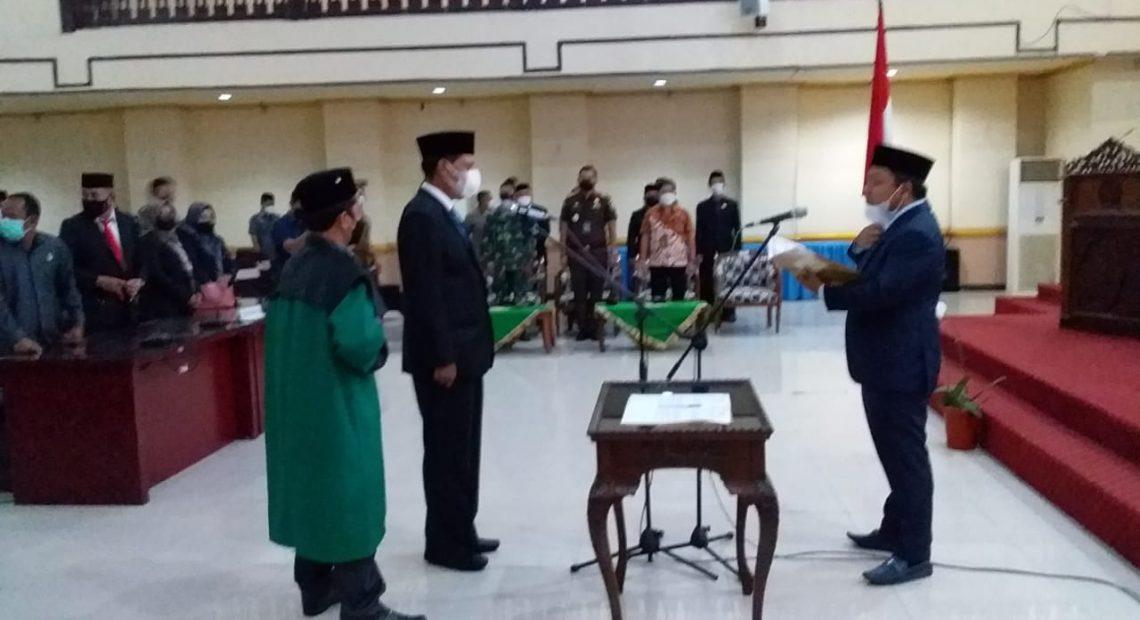 Warhamni mengambil sumpah jabatan sebagai anggota DPRD Banjar