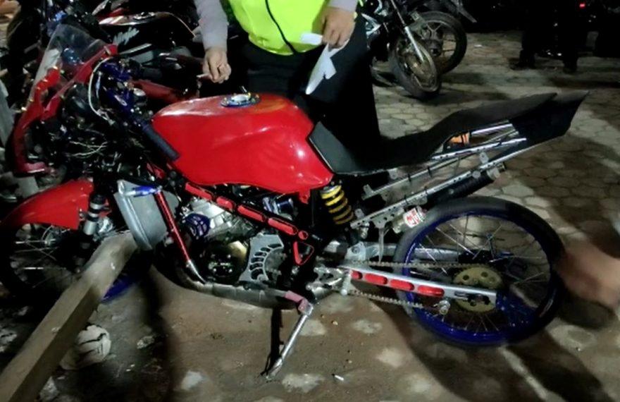 Polsek Banjarmasin Barat menjaring belasan pemuda serta puluhan sepeda motor (foto:duta tv)