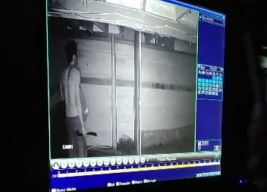 foto rekaman CCTV, nampak seorang pria yang diduga sebagai pencuri (foto:duta tv)