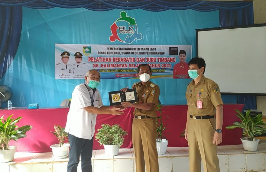 Pelatihan reparatir dan juru timbang ini dibuka langsung oleh Bupati Tanah Laut Muhammad Sukamta (foto:duta tv)