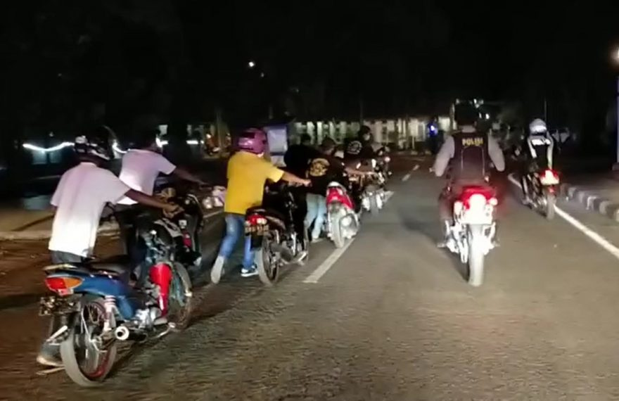 pelaku disuruh berjalan kaki menuntun kendaraannya ke Mapolres Banjarbaru, sejauh sekitar 1 Km (foto:duta tv)