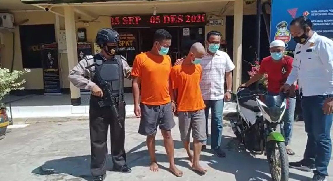 dua pelaku curanmor saat di giring petugas (foto:duta tv)