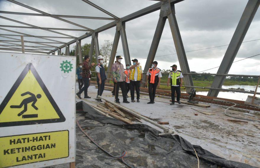 Safrizal ZA kembali melakukan evaluasi progress pembangunan jembatan Sungai Salim (foto:istimewa)