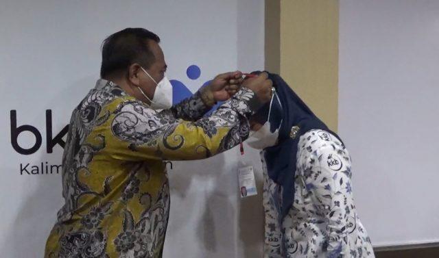 Penyematan kalung kepada kader oleh kepala BKKBN Kalsel, Ir. H. Ramlan (foto:duta tv)