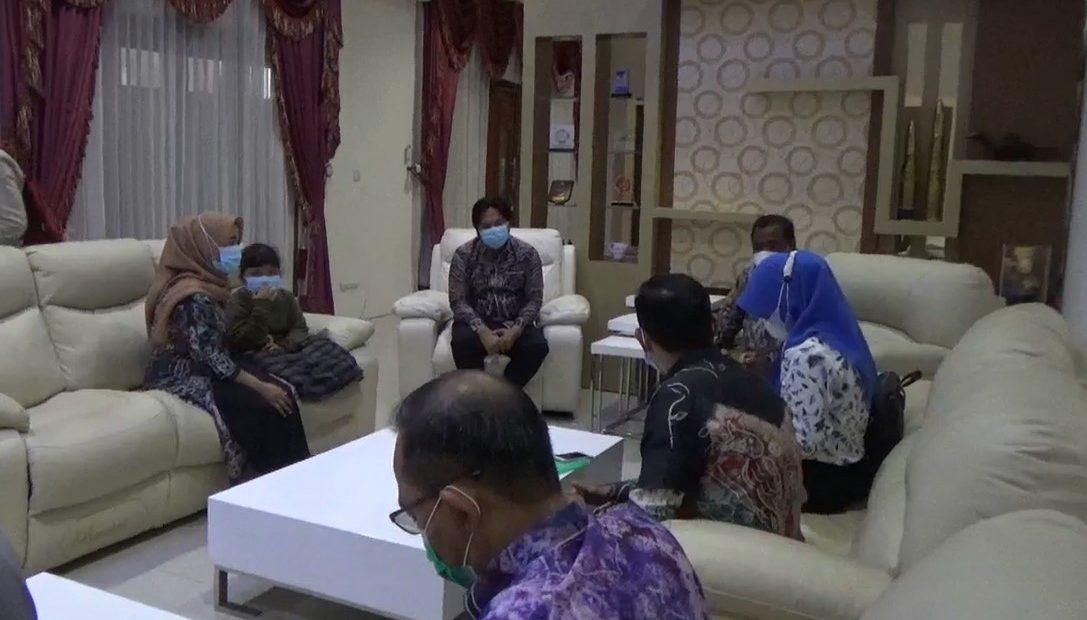 BKKBN Kalsel menyambangi Pj sekdaprov Kalsel beserta keluarga (foto:duta tv)