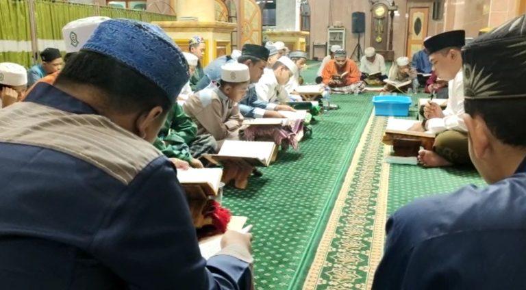 Teruskan Budaya, Remaja Masjid Baitul Rahman Tadarusan Usai Tarawih