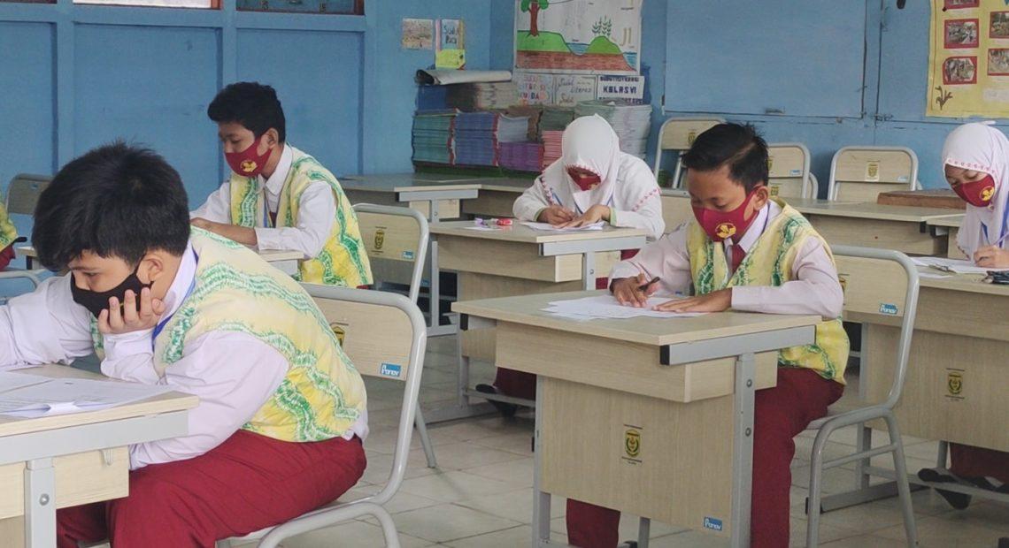 pelajar kelas VI SDN Kuin Utara 1 Banjarmasin, terlihat serius mengerjakan soal ujian (foto:duta tv)