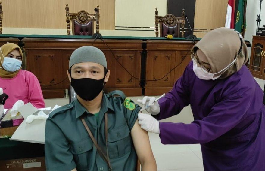 salah seorang pegawai PN divaksin (foto:duta tv)