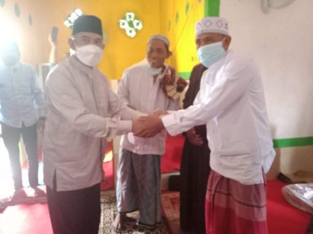 Wabup H.M Rusli Sholat Idul Fitri Di Kampung Tajur Sekaligus Serahkan Bantuan