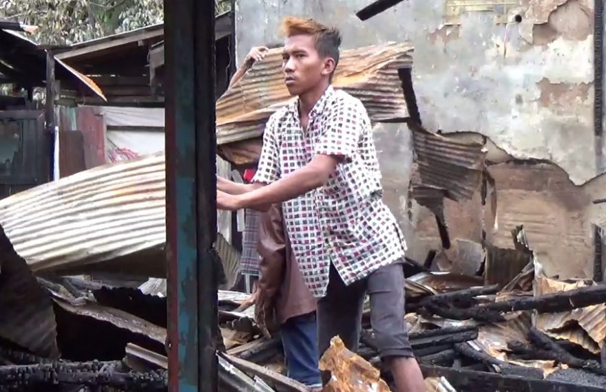 Warga Bersihkan Puing Kebakaran