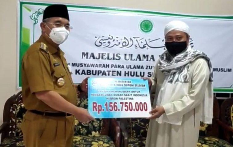 Bupati Kabupaten Hulu Sungai Selatan Menyerahkan Bantuan ke MUI