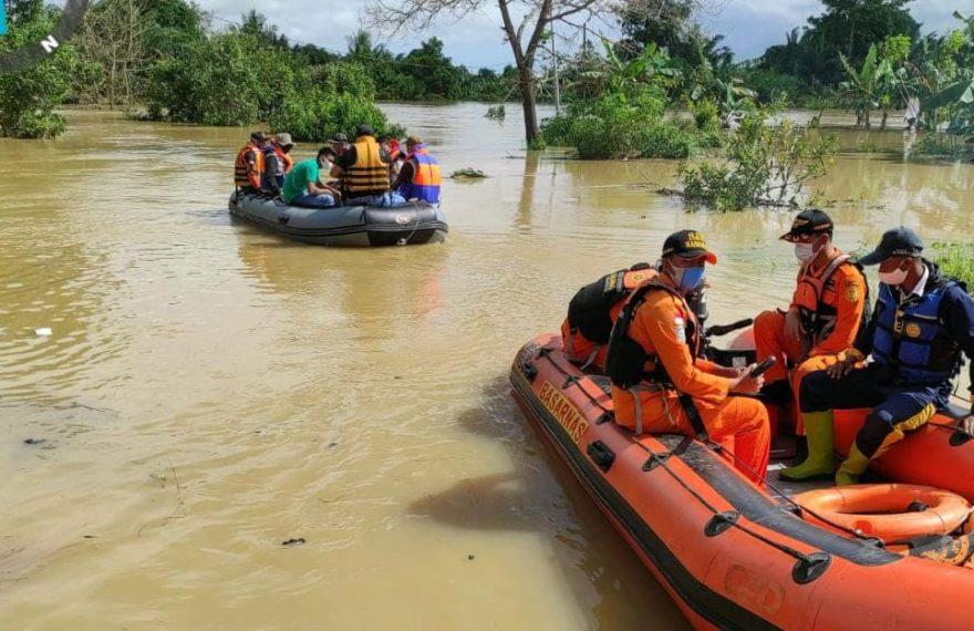 Tim Basarnas Banjarmasin, yang mendatangi lokasi banjir