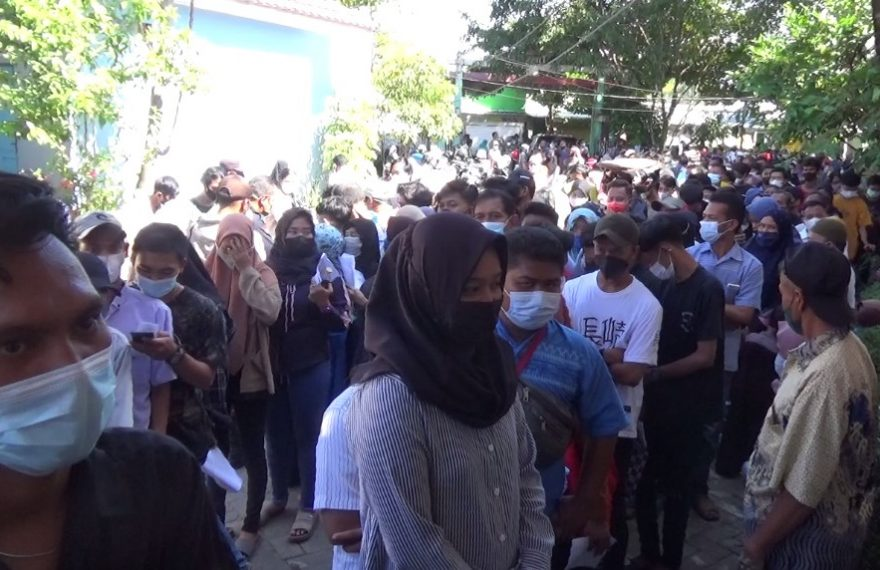 Kerumunan Warga Untuk Perbaikan E-KTP