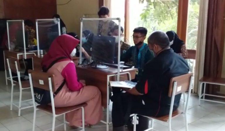 pengurus Osis mebantu proses pendaftaran Siswa Baru