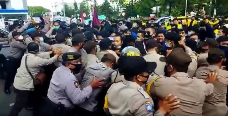Ratusan Massa Dari BEM SEKA Terlibat Aksi Dorong Dengan Polisi