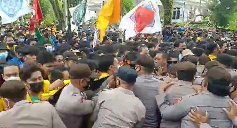 Aksi Save KPK di Depan Kantor DPRD Kalsel Diwarnai Bentrok