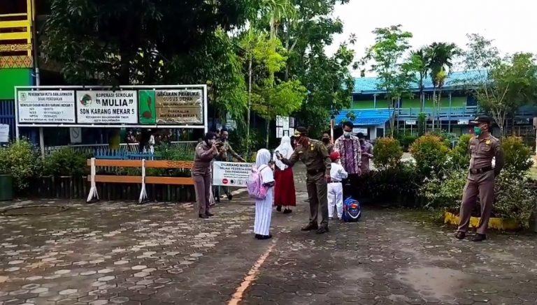 Satpol PP kota Banjarmasin Jaga di Depan SD