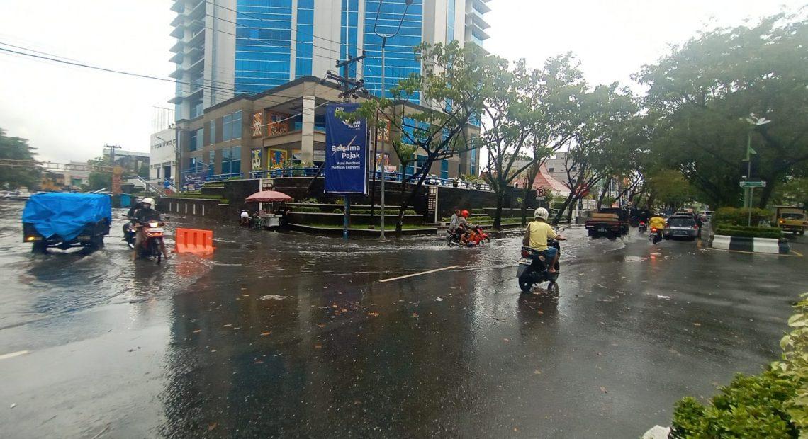 Genangan Air di Jalan Protokol Lambung Mangkurat
