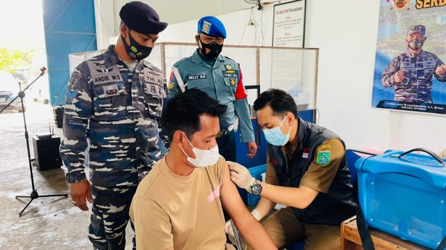 Danlanal Kotabaru Didampingi Ketua Jalasenastri Tinjau Pelaksanaan Serbuan Vaksinasi Covid-19 Tahap II